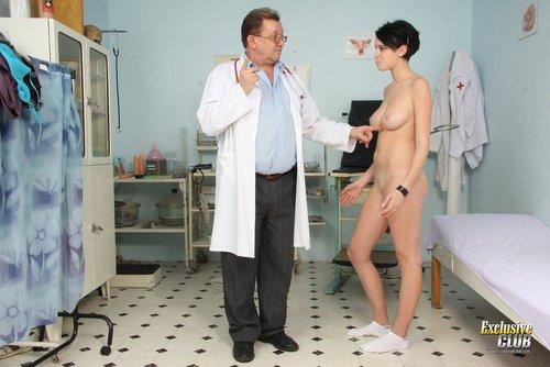 Arzt beim frau nackt ist Mädchen nackt